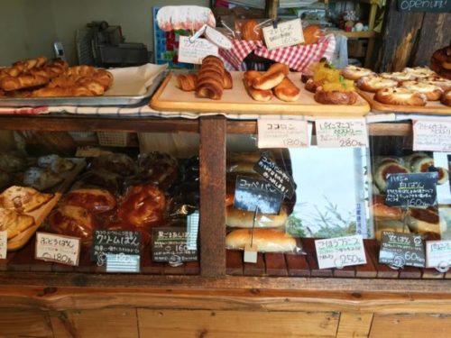 パンが何種類も陳列されている