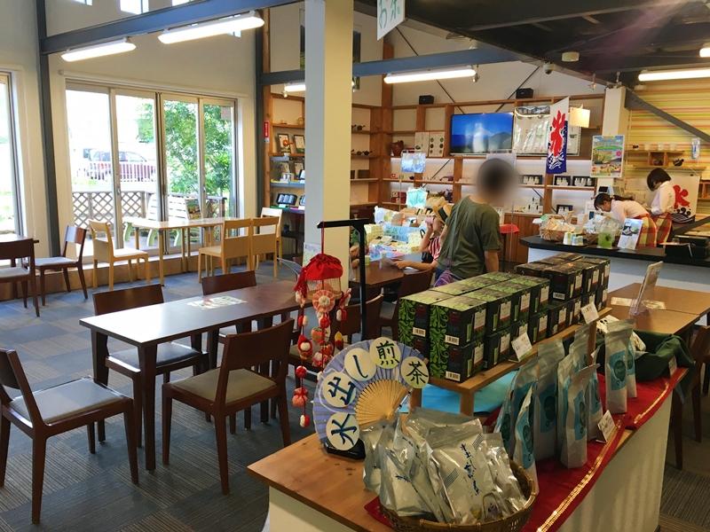 テーブルと椅子、お茶などの製品が陳列されている