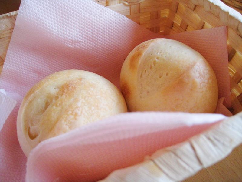白い丸いパンがナプキンに包まれている