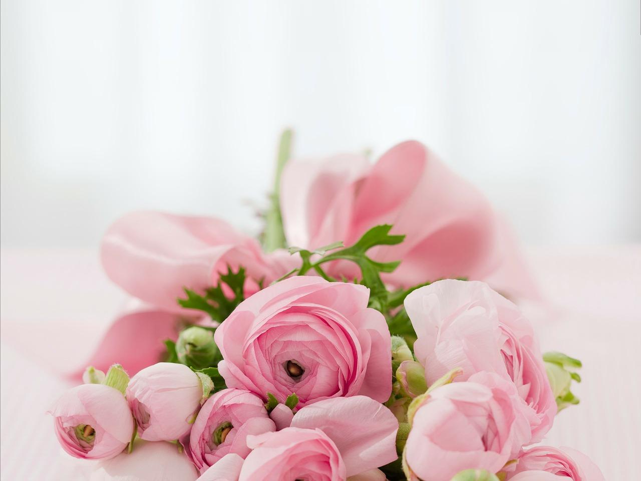 ピンクの花束が置かれている