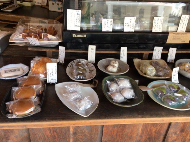 和菓子が皿に置かれて陳列されている