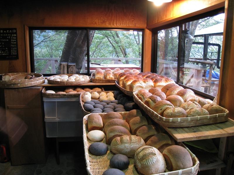 陳列されたパンと窓からの景色