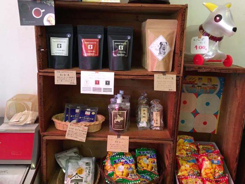お茶やお菓子が棚に陳列されている