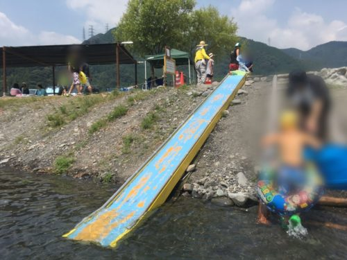 うしづま水辺の楽校の水色の滑り台