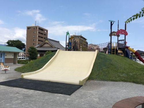 東静岡スマイル公園の白い幅の広い滑り台