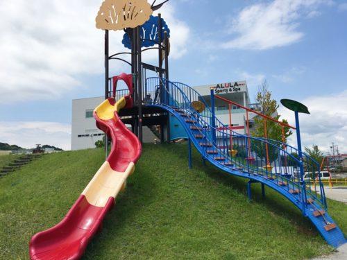 東静岡スマイル公園の赤と白の滑り台と青色の階段