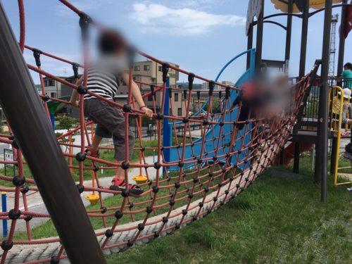 東静岡スマイル公園のロープの橋で遊ぶ子供たち