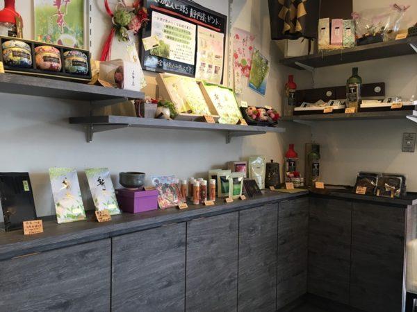 お茶など箱に入って陳列されているティーズグリーン店内