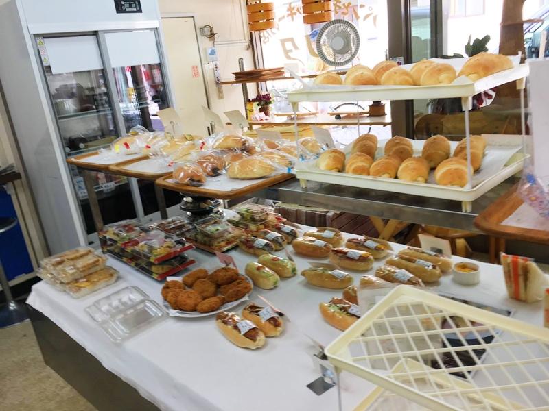 数多くのパンが棚に陳列されている