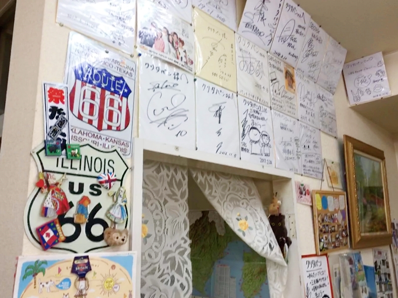壁にたくさんのサイン色紙が飾ってある