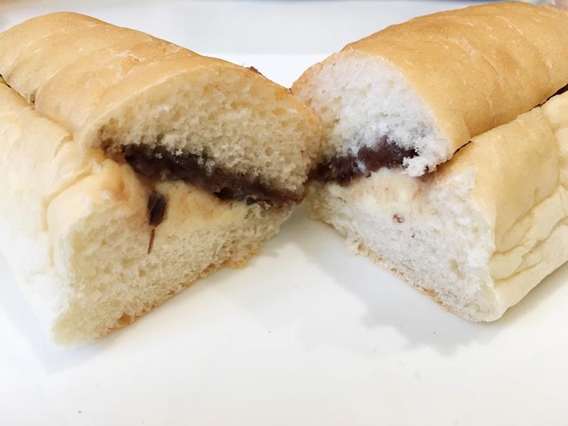 二つに割れたパンの中にあんことマーガリンが入っている