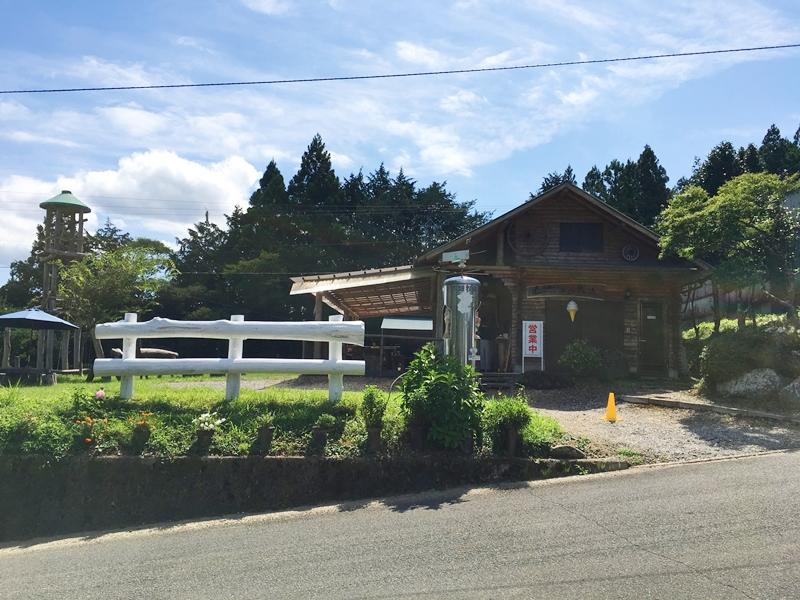 白い柵と奥に建物と芝生