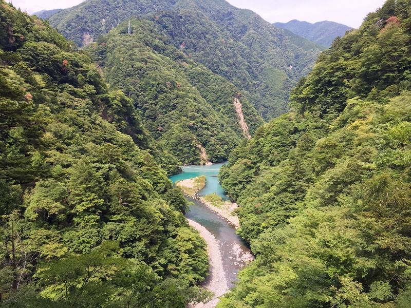 緑の山々と真ん中に川が流れている