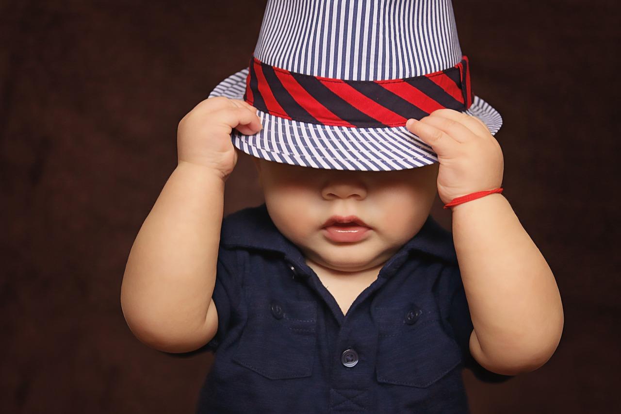 帽子を目深にかぶるこども