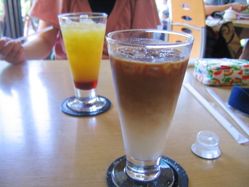 ガラスの器に入ったカフェラテとオレンジジュース