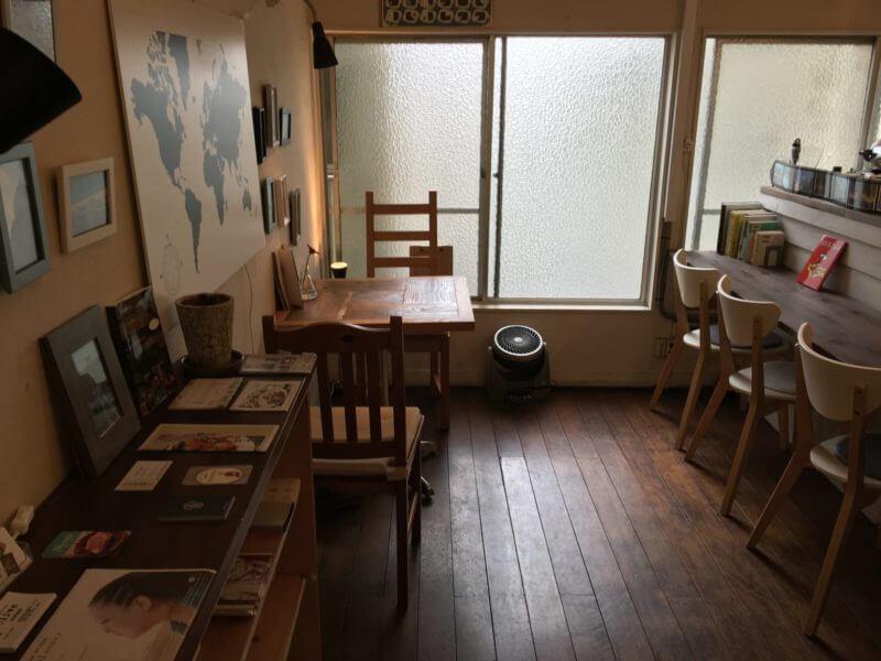 木の床とテーブルや椅子、奥に窓がある