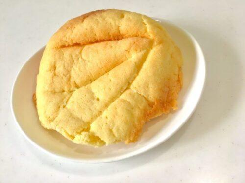 ワタナベーカリーメニューメロンパンが皿の上に乗っている