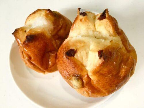 ワタナベーカリーメニューレーズンの乗ったパンが二つ並んでいる
