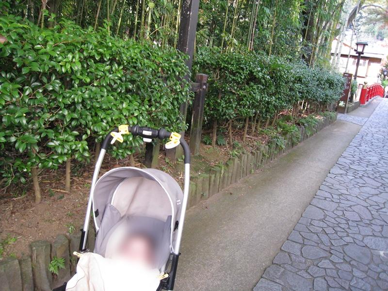 歩道にベビーカーと赤ちゃんがいる