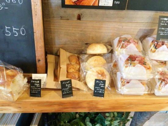 袋に入ったメロンパンや食パンなどが並ぶ川村農園カフェ店内