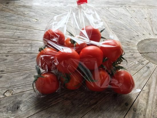 川村農園カフェのプチトマトが袋詰めされている