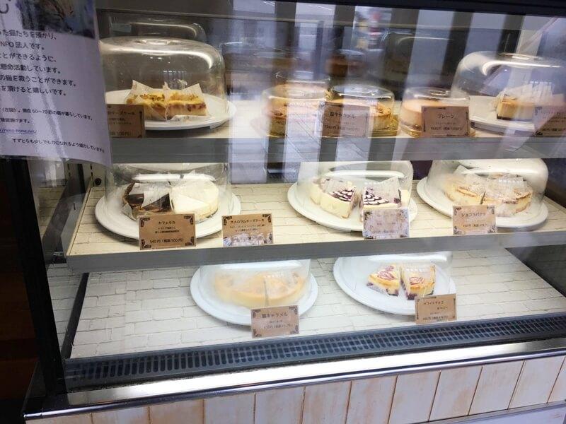 ケーキがシヨウウィンドウに並んでいる