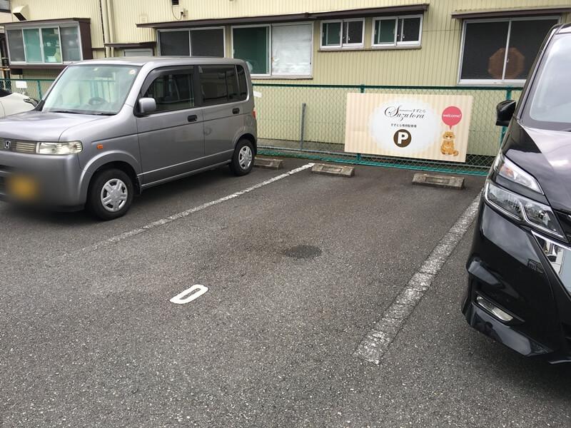 ネコの看板がかかった駐車場