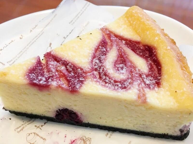 ハートの模様が描かれたケーキ