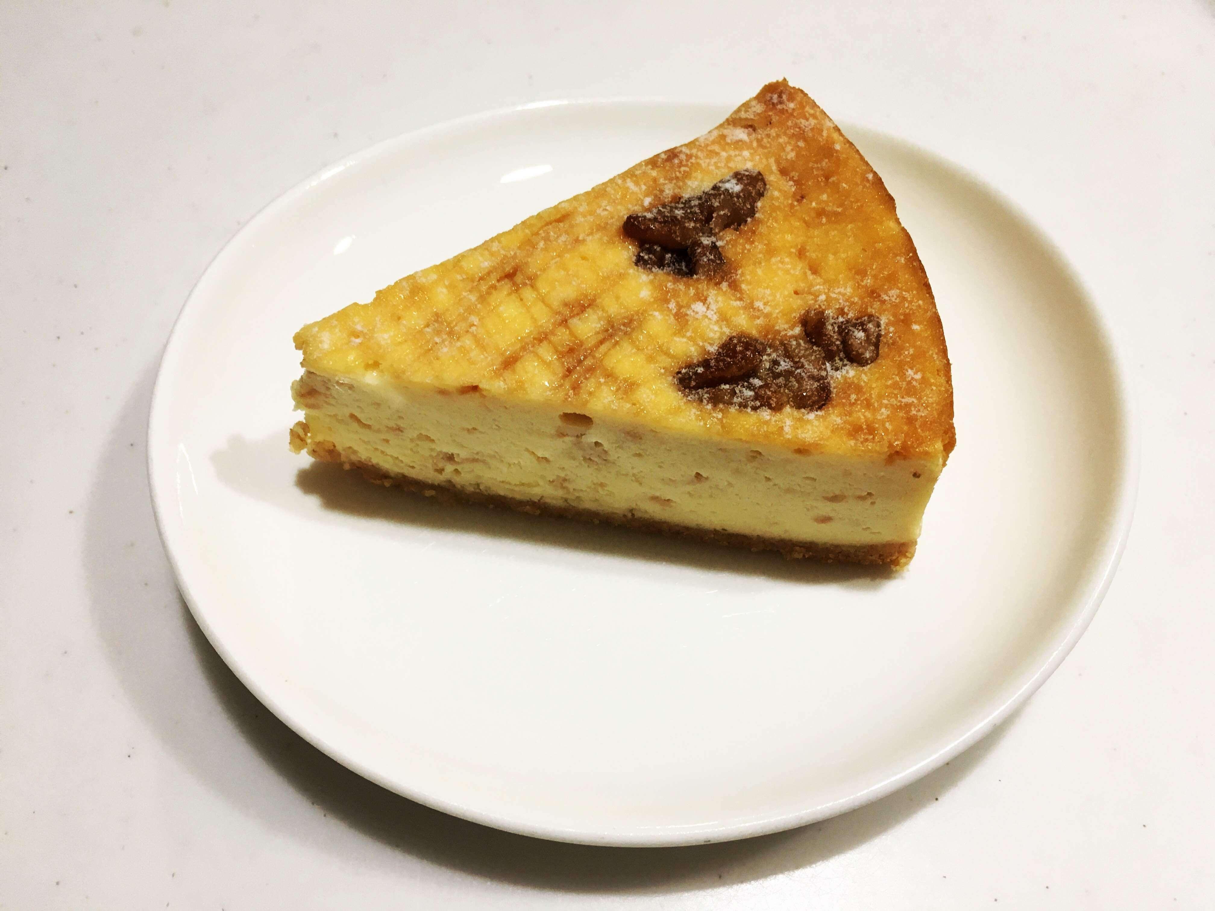 ケーキが丸い白い皿に乗せられている