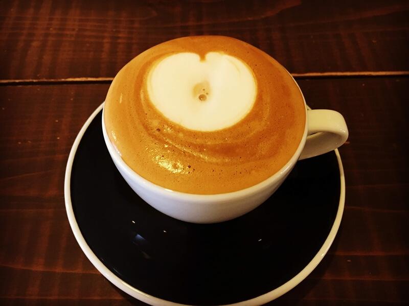 ハートの模様が描かれた珈琲がカップに入っている