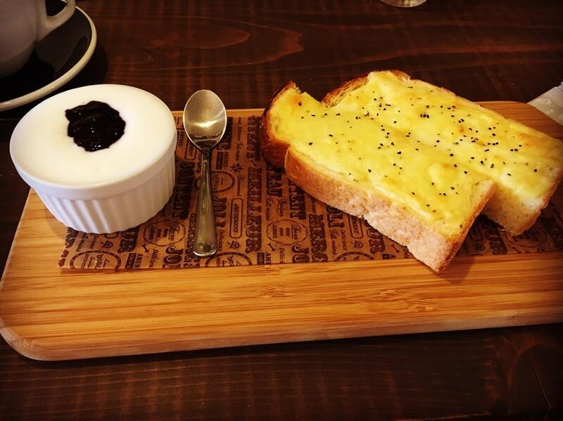左にジャムの乗ったヨーグルト、右にチーズトースト
