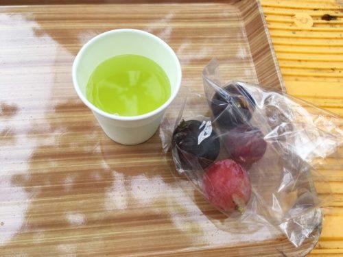 大塚ぶどう園のお茶と袋に入ったぶどう