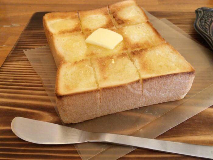 トーストの上にバターが乗っている