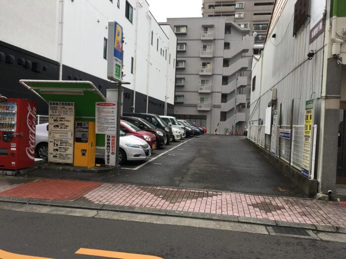 駐車場に車が並んでいる
