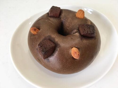 チョコの乗ったチョコ色のベーグルマウンテンベイク