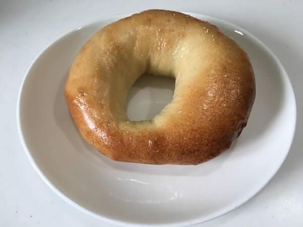 艶のあるベーグルが皿に置かれている