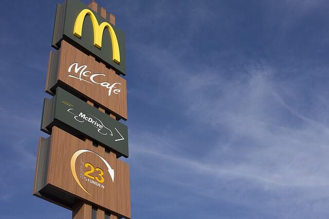 マクドナルドの看板が縦に並ぶ