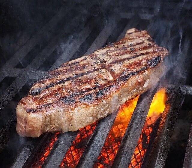 網で焼かれているステーキ