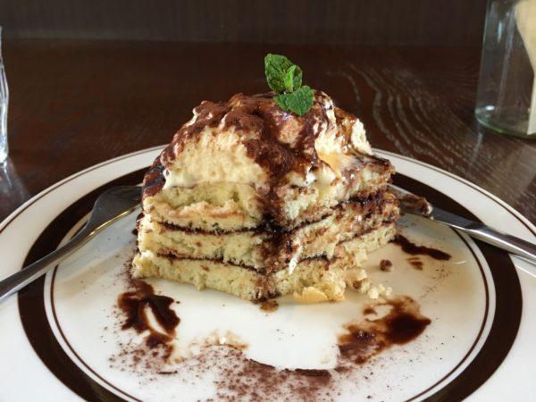 半分に切ってあるカフェエスケープのパンケーキ