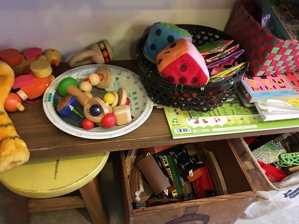 望月竹次郎商店の棚に並んだおもちゃ