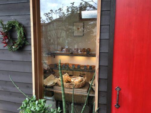 ブーランジェリー伊藤屋の窓から見える店内のパン