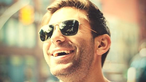 ヒートテックが首元から見えなくて笑顔の男性